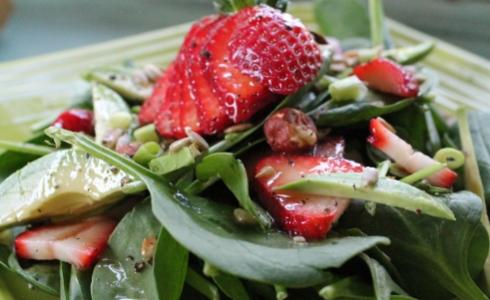 0-317672760-strawberryspinachsalad