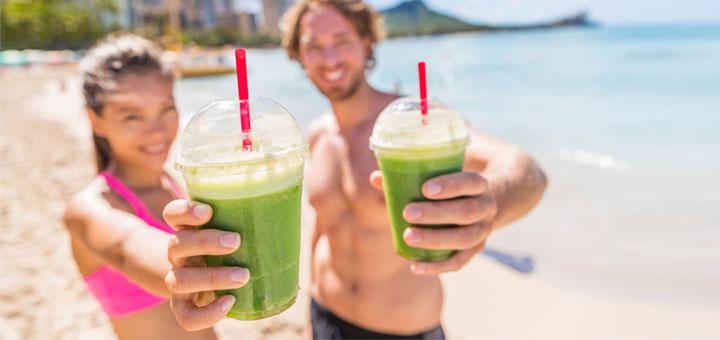 couple-green-juice-on-beach