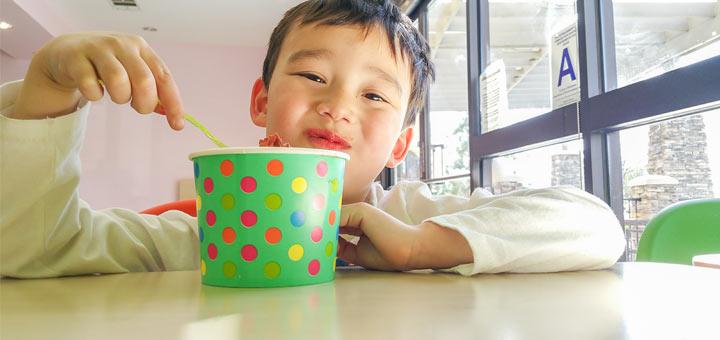 kid-eating-frozen-yogurt